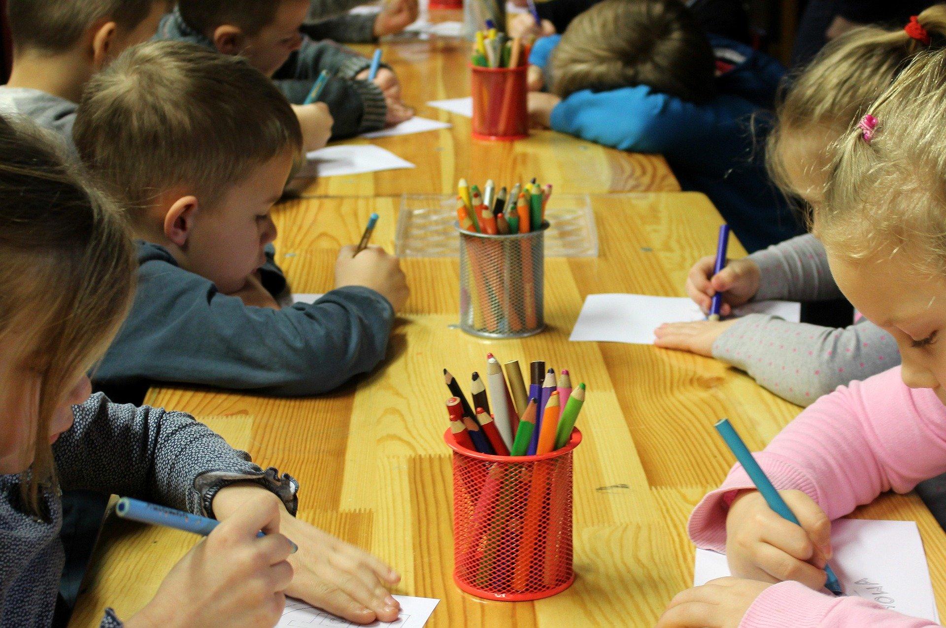 In deze Blog, die het vervolg is van de vorige Blog over het bevorderen van samenspelen en samenwerken, ga ik het hebben over de praktische hulpmiddelen die je als leerkracht kunt inzetten om het samenspelen en het samenwerken te bevorderen. De T-kaarten voor het positief kunnen samenwerken Om het positief samenwerken te bevorderen, kun je […]